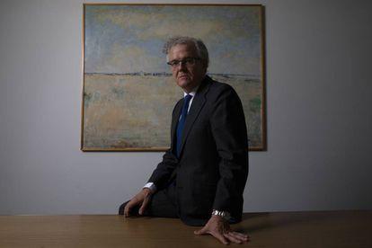 Sebastián Albella posa en la sede de la CNMV tras la entrevista