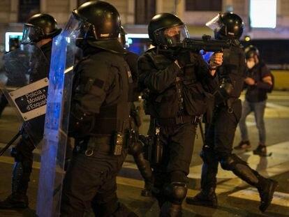 Un 'mosso' apunta con la pistola de foam en las protestas de Pablo Hasél.