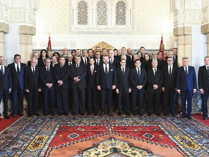 Fotografía facilitada por la agencia oficial marroquí MAP del rey Mohamed VI de Marruecos posando en el Palacio Real de Rabat, junto a los componentes de su nuevo Gobierno.