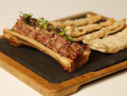 Steak Tartar sobre tuétano del restaurante LaVaca en Madrid.