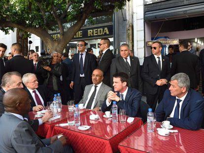 El primer ministro francés, Manuel Valls (en el centro), este domingo en Argel.