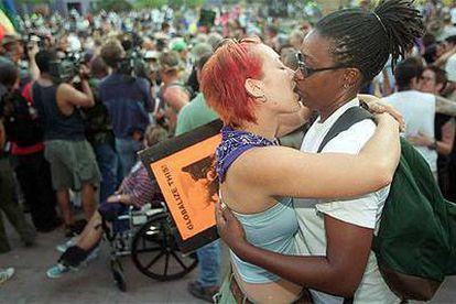 Dos mujeres se besan durante un desfile celebrado en Los Ángeles en el año 2000.