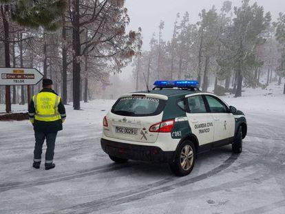 La Guardia Civil cierra una carretera en Las Palmas de Gran Canaria.