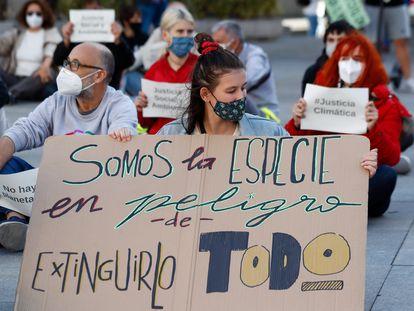 Un grupo de personas participa en la sentada ante el Congreso de los Diputados convocada con motivo del Día Global de Acción por el Clima, en Madrid (España), en septiembre de 2020.