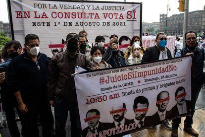 Partidarios de la consulta para juzgar a los expresidentes de México se reúnen frente al Zócalo de la capital el pasado 13 de junio.