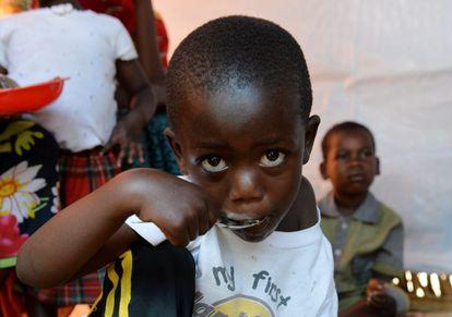 Un niño come en una aldea cerca de Cankuzo, Burundi.