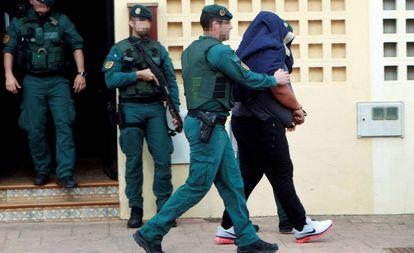 Agentes de la Guardia Civil trasladan a un detenido en Algeciras.