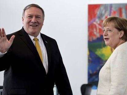 El secretario de Exteriores estadounidense, Mike Pompeo, saluda durante su visita a la cancillería, junto a la canciller, Angela Merkel.