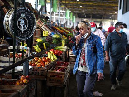 Un grupo de personas realizan compras en el Mercado Central de Buenos Aires, el pasado enero.