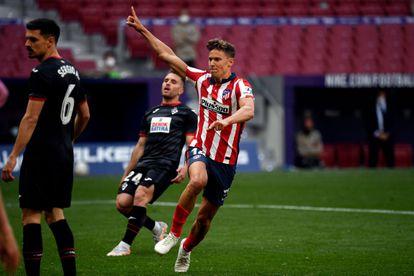 Marcos Llorente celebra uno de sus goles al Eibar este domingo.