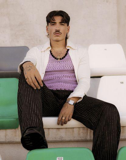 Héctor Bellerín. El jugador del Betis, de 26 años, está muy interesado en la moda sostenible. Aquí lleva camisa y pantalón a rayas de Carlota Barrera, 'top' de punto de Palomo Spain, botas de Hereu, reloj modelo Santos de Cartier y joyas propias.