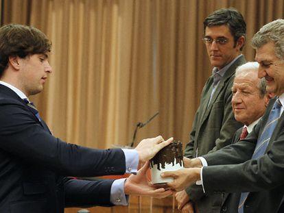 Fernando Fraga, nieto de Manuel Fraga, recoge la escultura 'El Abrazo', en el homenaje de la Cámara a los padres de la Constitución. / KOTE RODRIGO (EFE)