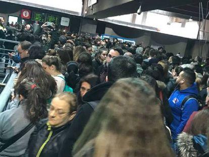 Los viajeros esperan en la plataforma a acceder a las vías, atestadas.