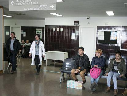 Pacientes en la sala de espera del CAP de La Mina