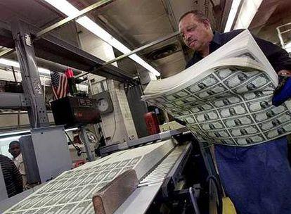 Hojas de billetes de un dólar listas para ser cortadas por un empleado de la Oficina de Impresión y Grabado de Moneda en Washington (EE UU).