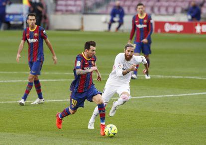 Messi disputa un balón con Sergio Ramos durante el Clásico en el Camp Nou este sábado.