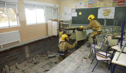 Los bomberos revisan el suelo hundido del aula del colegio público La Hispanidad de Santa Pola.