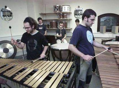 Alumnos en clase de percusión en el conservatorio Musikene en San Sebastián.