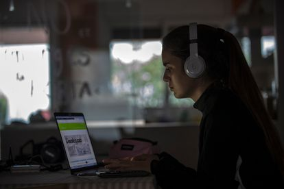 Una alumna de ESO siguiendo las clases en su ordenador.