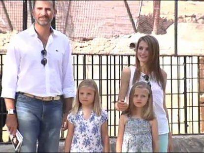 Los príncipes y sus hijas visitan la sierra de Mallorca afectada por el incendio
