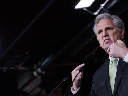 Kevin McCarthy, líder de la minoría republicana en la Cámara baja. En vídeo, declaraciones de Donald Trump.