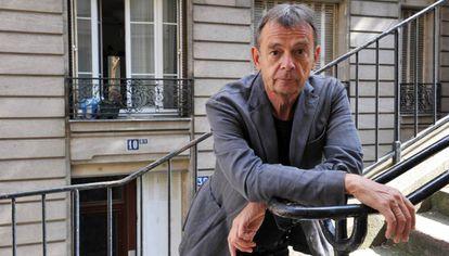 El escritor Pierre Lemaitre, a finales de agosto en su calle del barrio parisiense de Montmartre.