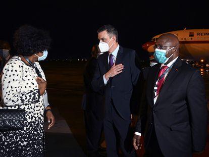 El presidente del Gobierno, Pedro Sánchez (c), acompañado por el ministro de Asuntos Exteriores de Angola, Tete Antonio (d), a su llegada este miércoles al aeropuerto internacional de Luanda (Angola).