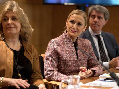 Cristina Cifuentes (c) en la rueda de prensa posterior a la reunión semanal del Consejo de Gobierno.