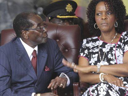 El presidente Mugabe asiste junto a su mujer, Grace, a uno de los actos por su 92 cumpleaños.