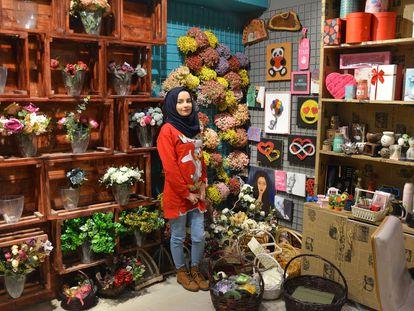 Dania Al Salam posa en su tienda de flores de Mosul, en Irak.