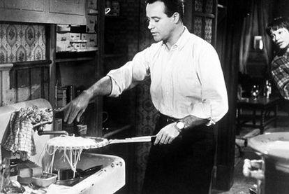 Jack Lemmon y Shirley MacLaine, en la inolvidable secuencia de los espaguetis de la película <i>El apartamento</i><b>, de Billy Wilder.</b> Dibujo preparatorio para los decorados de <i>El apartamento</i>.