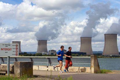Central nuclear en Cattenom, junto al río Mosela, Francia.