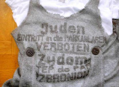 "En la camiseta se puede leer ""Juden eintritt in die Parkanlagen verboten""."
