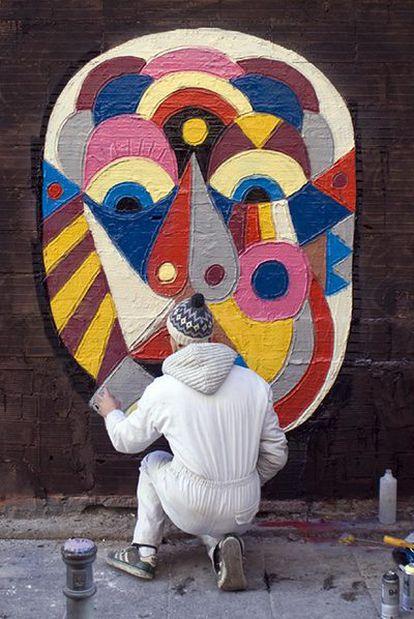 El grafitero Louis Lambert pintando en la Corredera Alta de San Pablo;