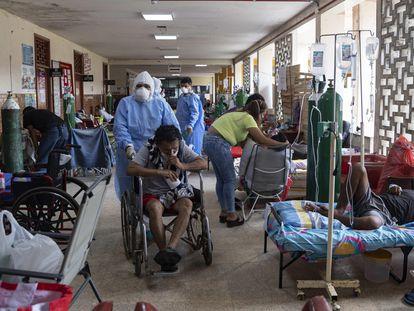 Pasillo de un hospital de Iquitos, en la región amazónica, una de las más vulnerables de Perú.