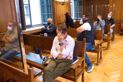 Varios de los acusados en el juicio de la Audiencia de Pontevedra por el alijo del 'Titán III' este miércoles.