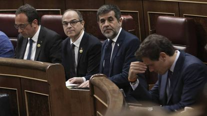 Los diputados catalanes en prisión preventiva, de izquierda a derecha, Josep Rull, Jordi Turull, y Jordi Sànchez, junto a Albert Rivera. En vídeo, momento en el que Junqueras acata la Constitución.