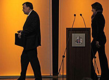 El primer ministro islandés, Geir Haarde (izquierda), al término de una conferencia de prensa en Reikiavik, el pasado 9 de octubre, en la fase aguda de la crisis financiera. Foto: AFP