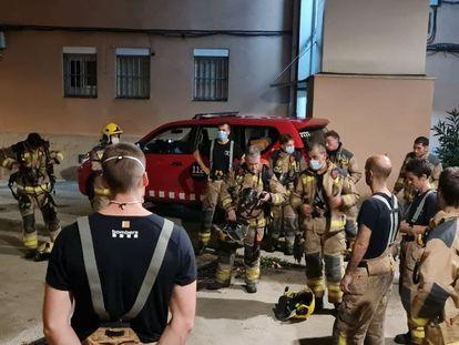 Bomberos de la Generalitat, en Olesa de Montserrat (Barcelona), donde un edificio ha ocasionado una persona muerta y tres heridos graves.
