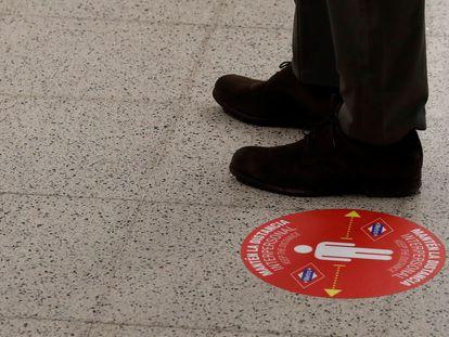 Vista de un cartel para mantener la distancia entre viajeros recomendada.