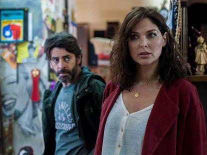 Eduardo Noriega y Blanca Soto, en una imagen de la serie 'No te puedes esconder'.