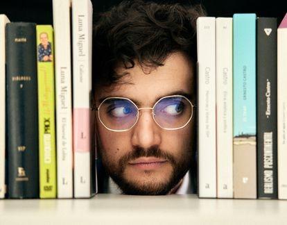 Castro retratado entre libros: a su izquierda, obras suyas, y a su derecha, libros de su pareja, la escritora Luna Miguel, uno sobre Chiquito y otro de Platón.