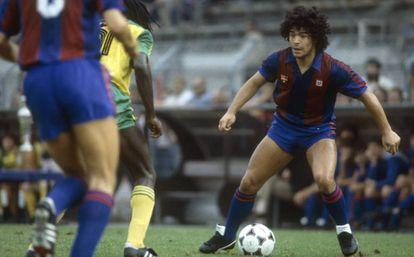 Maradona, en un partido con el Barcelona.