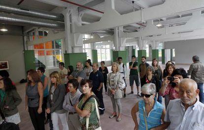 Un grupo de asistentes a la presentación del edificio de la antigua fábrica de armas, en Gernika.
