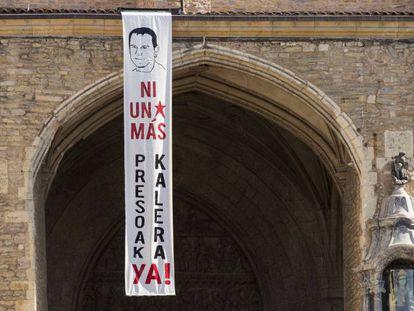 Una pancarta con la efigie del preso de ETA Kepa del Hoyo fallecido en la cárcel de Badajoz por un paro cardiaco, y con lemas a favor de la salida a la calle de los presos, apareció el viernes en la plaza de la Virgen Blanca de Vitoria.