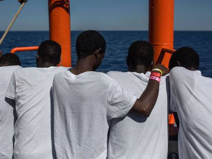 Migrantes rescatados en el Mediterráneo por el buque de las ONG SOS Méditerranée y Médicos sin Fronteras el 16 de agosto.