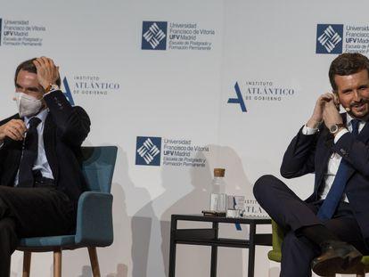 José María Aznar y Pablo Casado, este lunes en el auditorio de la Universidad Francisco de Vitoria, en Madrid.