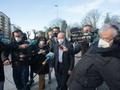 Los periodistas rodean al expresidente de la Confederación Hidrográfica Miño-Sil, Francisco Fernández Liñares, en Lugo antes de su primer juicio por cohecho el pasado febrero.