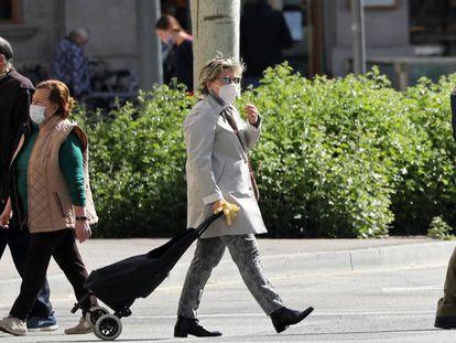 Gente paseando por Barcelona, en una imagen de archivo