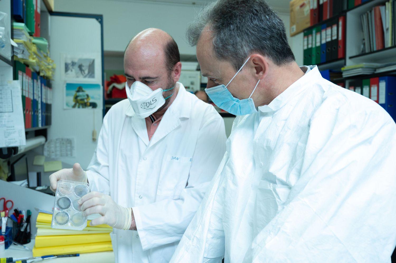 El ministro Pedro Duque (derecha), en el laboratorio de Mariano Esteban en el Centro Nacional de Biotecnología, en Madrid, el 16 de abril.